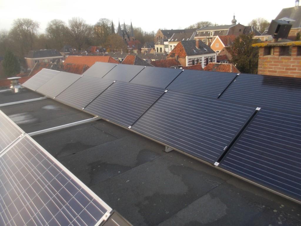Zonnepanelen op plat dak woning in Kampen